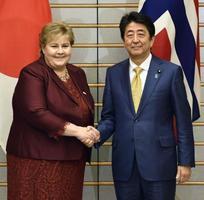 会談を前にノルウェーのソルベルグ首相(左)と握手する安倍首相=14日午後、首相官邸