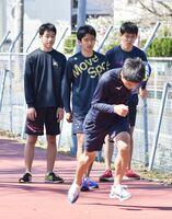 学校の休校が続く中、自主練習に取り組む県立高の生徒たち=20日、佐賀市のSAGAサンライズパーク補助競技場