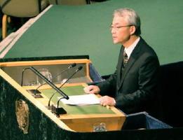 27日、ニューヨークの国連本部で行われた「核兵器禁止条約」制定に向けた会議で演説する高見沢将林軍縮大使(共同)