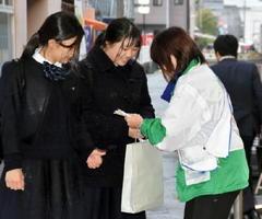 未成年者の喫煙防止を呼び掛け、ボールペンを配ったキャンペーン=JR佐賀駅周辺