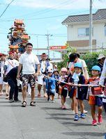 徳須恵祇園祭で子ども山笠を引く子どもたち=唐津市北波多