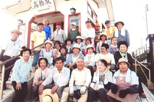 JR高橋駅を清掃奉仕した時のボランティア朝日会の人たち=2017年8月、武雄市朝日町