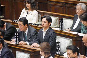 読書バリアフリー法案の採決で賛成票を投じた福岡氏(中央)=東京・永田町の参議院