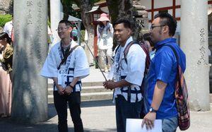 実際にガイドにあたるタイ出身の留学生ら。中央はナットチャイさん