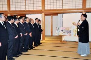 はかま姿で職員に年頭の訓示をする山口祥義知事(右)=佐賀市の佐賀城本丸歴史館