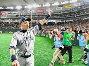 試合終了後再登場し、歓声に応えながら場内を一周するマリナーズのイチロー外野手=21日、東京ドーム