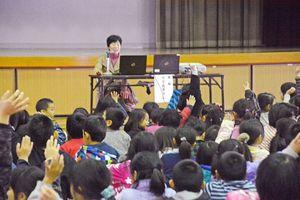 次々に質問の手を上げる児童ら=佐賀市大和町の川上小