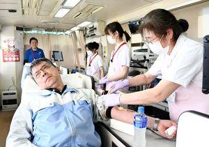 献血に協力する男性=佐賀市の佐賀工業団地協同組合