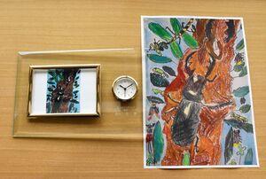 「工場長賞」に選ばれた長谷川君の作品と、作品を取り入れた記念の時計