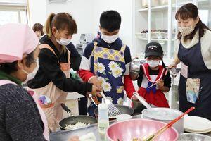 フィリピンの家庭料理「アドボ」作りに挑戦する住民ら=佐賀市の神野公民館