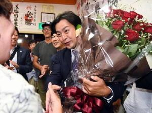 参院選佐賀選挙区で当選が確実になり、花束を贈られる福岡資麿氏=7月10日、佐賀市多布施の事務所