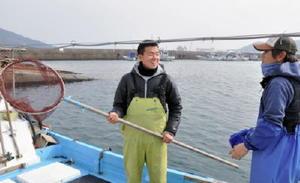 漁業での新規就業を目指して研修する大塚良秀さん(左)=2月中旬、唐津市