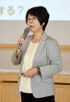避難所の運営について女性の視点から講演した池田恵子教授=唐津市の呼子公民館