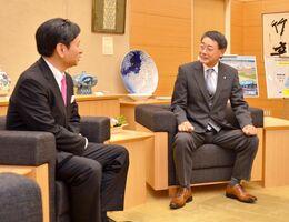 山口祥義知事(左)を訪ね、8月末の豪雨被害発生時からの県の支援について感謝を述べた水川一哉大町町長=県庁