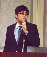 海外進出の経緯などを報告した実松孝一郎常務取締役=佐賀市のホテルニューオータニ佐賀