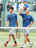 テニス男子ダブルスで優勝した敬徳の前田笑輝(左)、青山剛丸組。前田はシングルスも制し、二冠を達成した=SAGAサンライズパーク庭球場