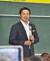 「過去の失敗は価値がある。生かして老後ビジネスに役立てて」と話す杉村太蔵さん=佐賀市の佐賀大学