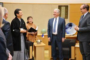 今後の交流について意見を交わしたフランス・ヴァルドワーズ県議会第一副議長のフィリップ・シュール氏(右から2人目)と山口祥義知事(同4人目)=佐賀県庁