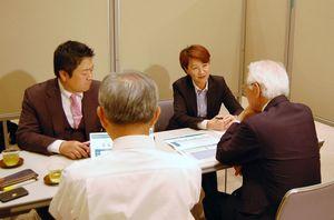 事業承継など企業の後継者問題について相談を受ける日本M&Aセンターの担当者=佐賀市の佐賀新聞ギャラリー