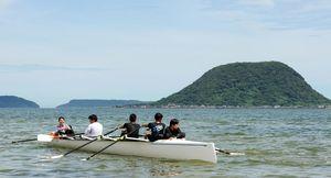 東の浜から高島を一周して海用の「コースタルボート」を楽しんだ参加者たち=唐津市東の浜