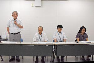 会見で再発防止策などを説明する県社会福祉士会の田代会長(左端)=佐賀市の県社会福祉士会館