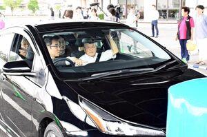 誤発進防止装置機能を体験する高齢者ら=吉野ヶ里町の三田川健康福祉センター「ふれあい館」