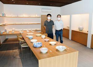 ギャラリーをリニューアルした「晩香窯庄健」の庄村健さん(右)と息子の久喜さん=有田町赤絵町