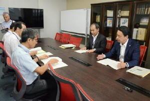 論点整理素案について佐賀県の担当者に説明する柳川市の成松宏副市長(右端)ら=佐賀県庁
