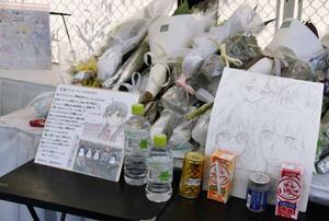 献花台に供えられた色紙や花束=京都市伏見区