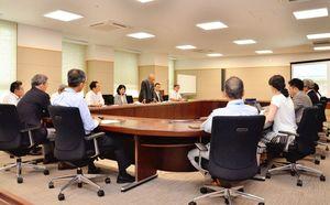中山間地や離島、県境の振興について、取り組み状況を確認した佐賀県の対策本部会議=県庁