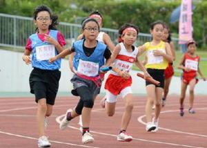 4年女子400㍍リレー 次々とバトンパスする選手たち
