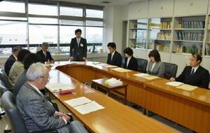 1日に初めて開かれた上峰町総合教育会議。英語教育の強化など本年度の事業で意見を交わした=三養基郡上峰町役場