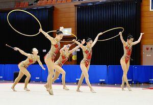 新体操女子団体 表現力豊かな演技で44連覇した佐賀女子=佐賀市のSAGAサンライズパーク総合体育館(撮影・米倉義房)