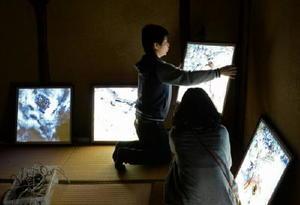 西野亮廣さんのワークショップで客室に絵を飾り付ける参加者=嬉野市の玉屋旅館