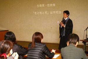 講演する僧侶の古川潤哉さん=佐賀市天祐の県総合福祉センター