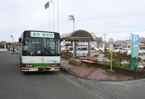 2コースで計14便運行されている現在の通学福祉バス。3月からリニューアルされ利便性が向上する=上峰町役場前