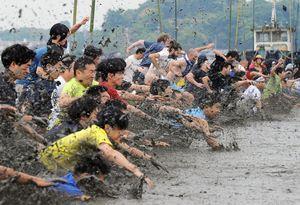 「25メートル自由ガタ」で一斉にスタートする参加者。激しく泥が舞い上がった