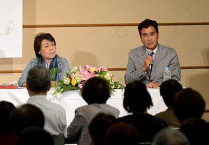 エネルギー問題についてトークを交わす石原良純さん(右)と神津カンナさん=佐賀市文化会館
