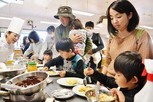西九州大佐賀調理製菓専門学校の学園祭でクレープ作りを楽しむ来場者たち=佐賀市多布施の西九州大佐賀調理製菓専門学校(15日付18面)