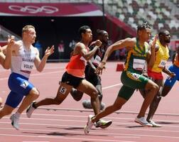 男子200メートル予選 力走するサニブラウン・ハキーム(左から2人目)。2組6着で敗退した=国立競技場