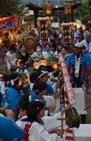 本殿前には奉納を待つ浮立の一団が次々と並び、集落名が書かれた提灯に囲まれながら、威勢のいい浮立のはやしが、境内のそこここで響く