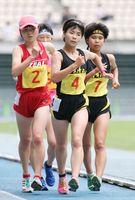 女子5000メートル競歩決勝 24分51秒25で優勝した清和の渡辺夕奈(中央)。右は3位の武藤実(清和)=大分市の大分銀行ドーム(亀山泰人さん撮影)