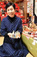 小さなひな人形に囲まれ笑顔の福永恒子さん=鳥栖市田代新町