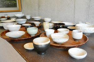 中里健太さんの作品。向付やミニカップ、豆皿など幅広い作品が並ぶ=唐津市見借の隆太窯