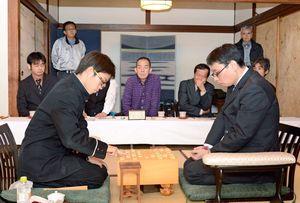 3局ともに熱戦を繰り広げた才田信之名人(右)と牟田有之介四段=佐賀市の旅館あけぼの