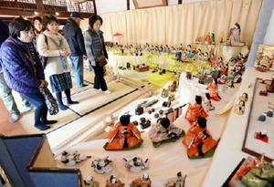 昨年の佐賀城下ひなまつり。大小さまざまなひな人形が並んだ会場=佐賀市の旧古賀家