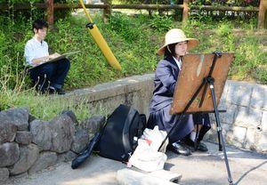 春の陽気の中で、風景を画用紙に描く生徒たち=佐賀市唐人町周辺