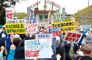 米軍キャンプ・シュワブのゲート前で、辺野古沿岸部の埋め立てに抗議する移設反対派=25日午前、沖縄県名護市