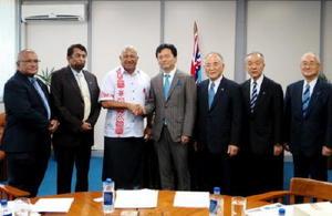 フィジーのバイニマラマ首相(左から3人目)と握手をする山口祥義知事(佐賀県提供)
