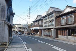 江戸時代から昭和初期の建物が軒を連ねる通り。国内外からの観光客が訪れる=西松浦郡有田町